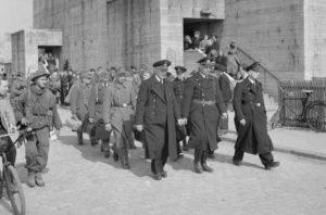 Deutsche Soldaten werden in Gefangenschaft geführt