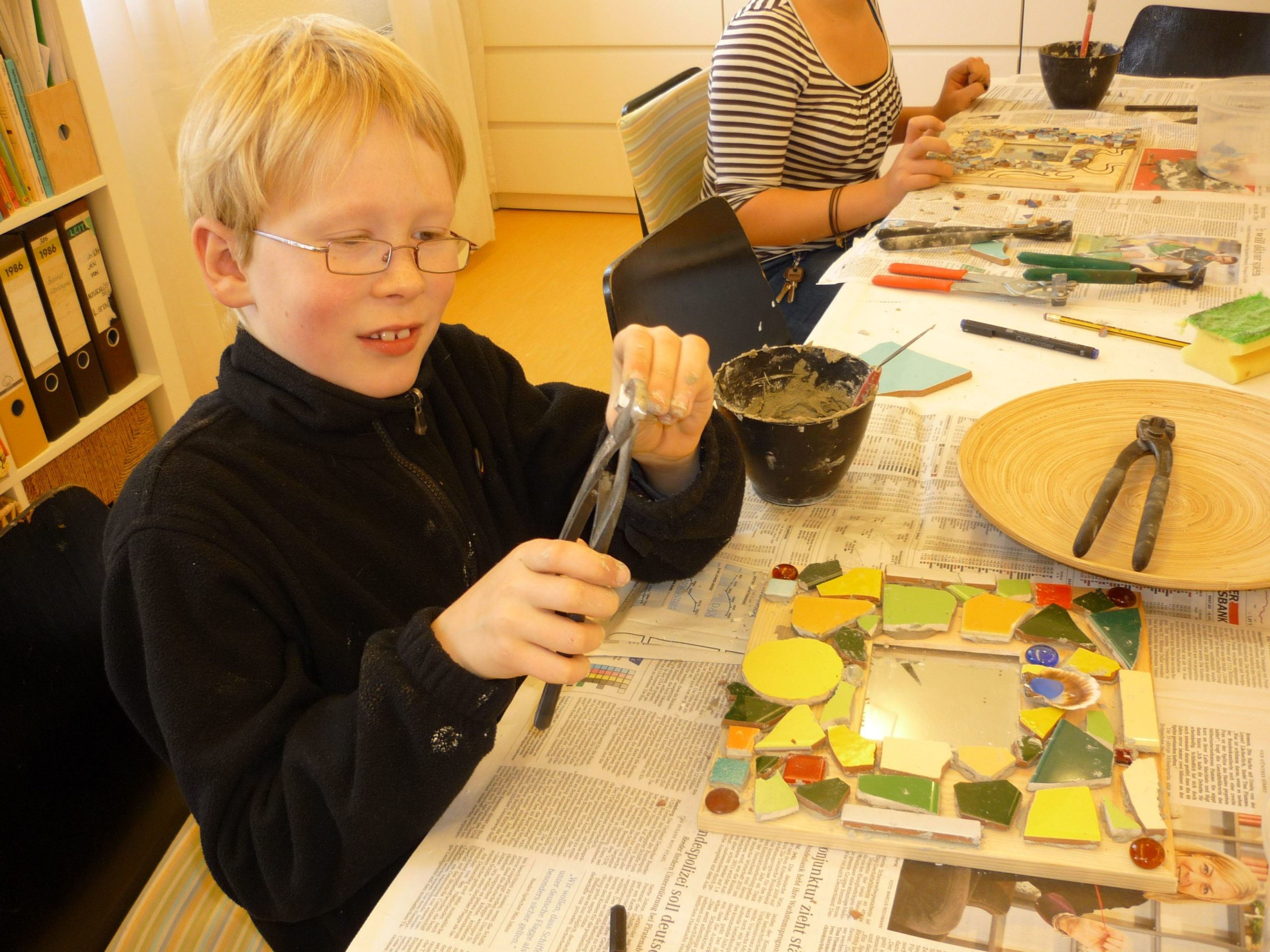 Osterferienprogramm - Mosaiksteinen bekleben